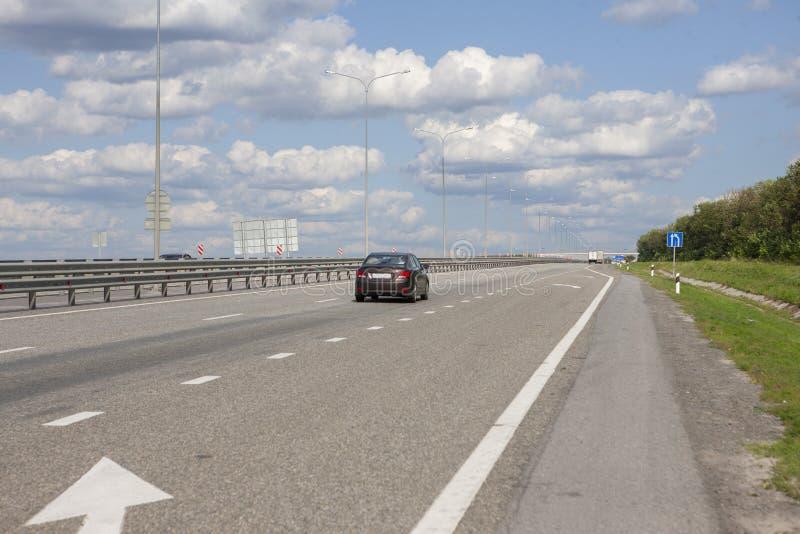 Автомобили управляют быстро на шоссе стоковое фото rf