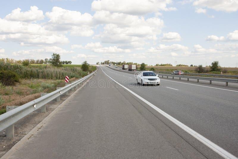 Автомобили управляют быстро на шоссе стоковое изображение rf
