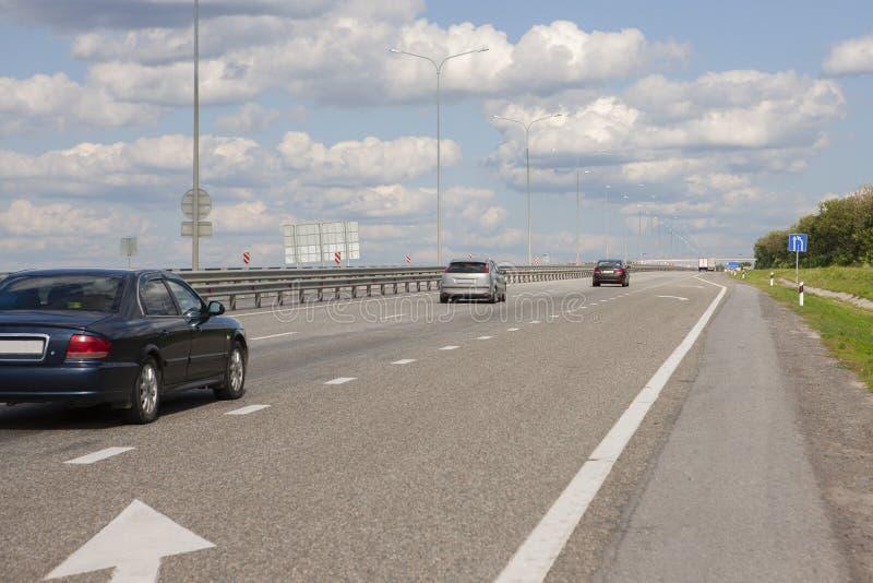 Автомобили управляют быстро на шоссе стоковые фотографии rf