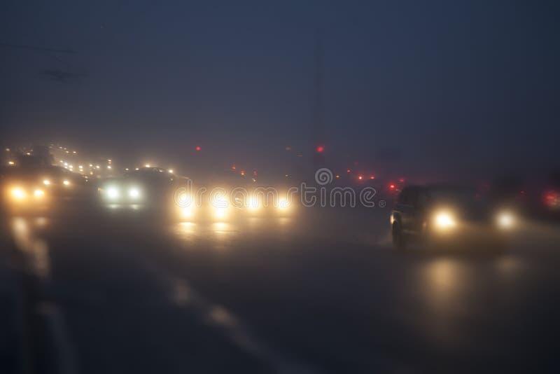 автомобили управляют в тумане стоковые изображения