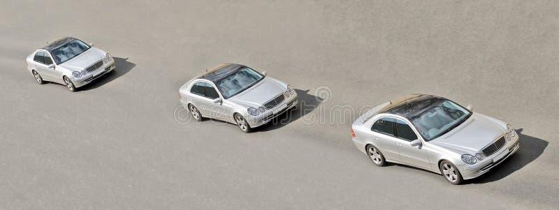 автомобили управляют идентичной линией подобными 3 близнецами стоковое изображение