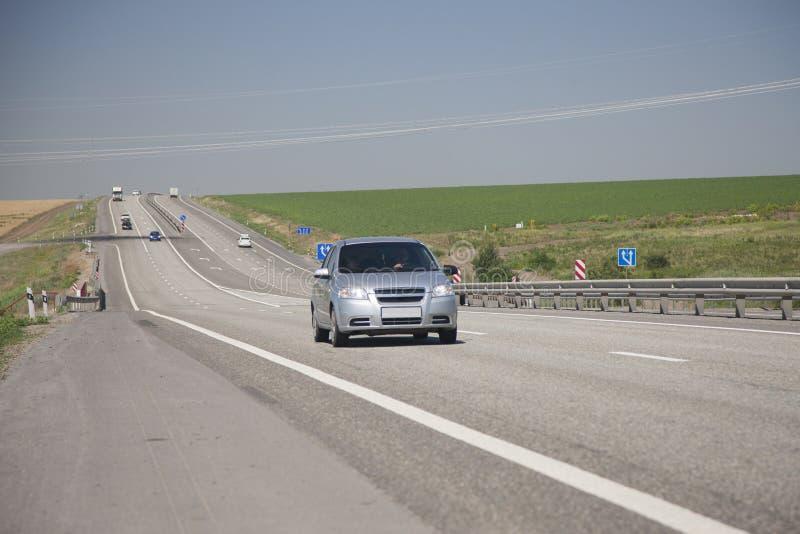 Автомобили управляют на шоссе в дне лета солнечном стоковая фотография rf