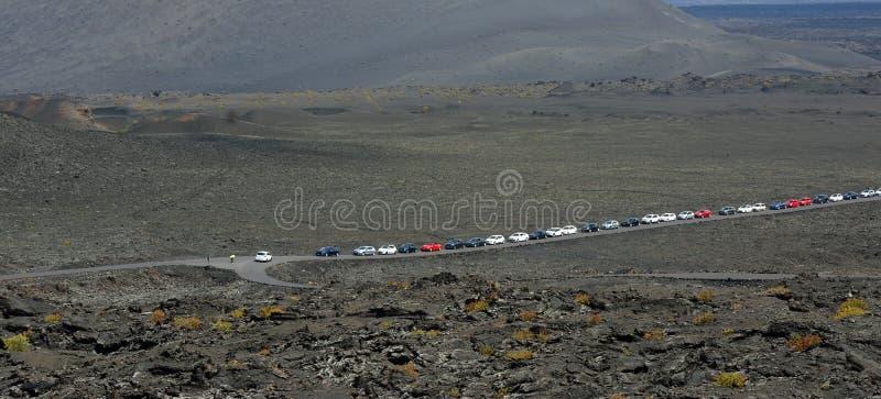 Автомобили Queuing в вулканическом ландшафте Лансароте стоковые изображения rf