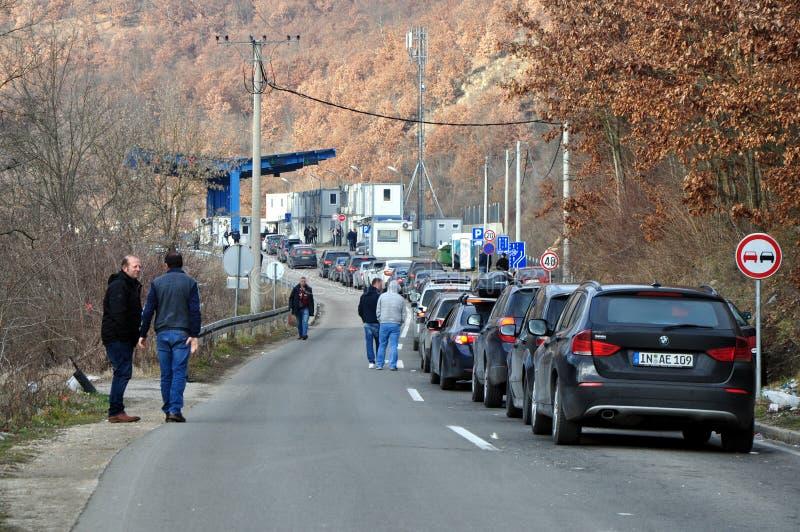 Автомобили queuing для перехода границы Сербии Косова стоковое фото