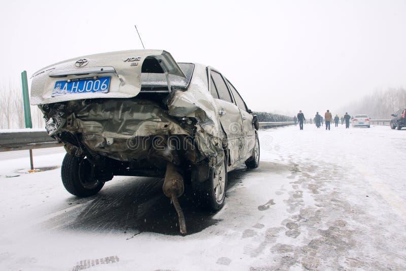 Автомобильная катастрофа в снежке стоковые фото