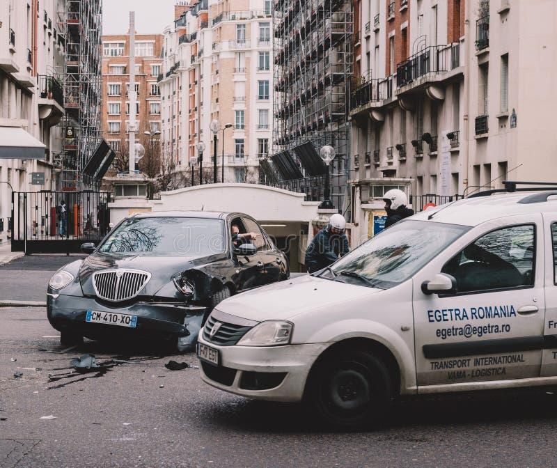Автомобильная катастрофа на помощи улицы Парижа стоковое изображение rf