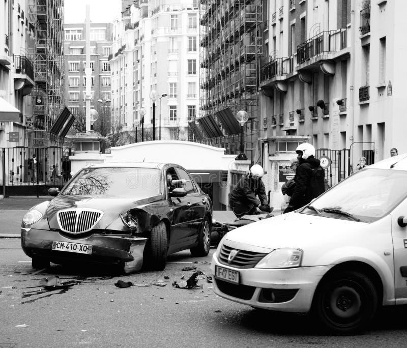 Автомобильная катастрофа на улице Парижа между роскошным Th Lancia лимузина стоковое изображение rf