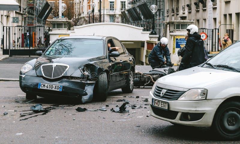 Автомобильная катастрофа на улице Парижа между роскошным Th Lancia лимузина стоковые фотографии rf