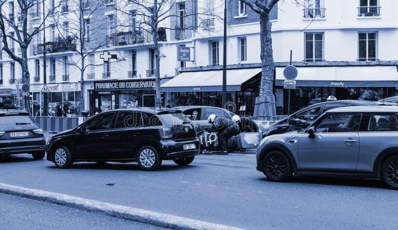 Автомобильная катастрофа на улице Парижа между роскошным Th Lancia лимузина стоковые изображения