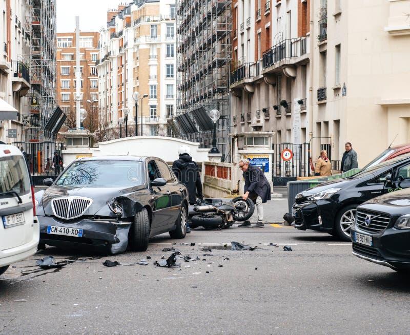 Автомобильная катастрофа на улице Парижа между роскошным Th Lancia лимузина стоковые фото