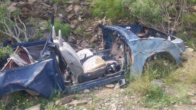 Автомобильная катастрофа посреди гор стоковые фото