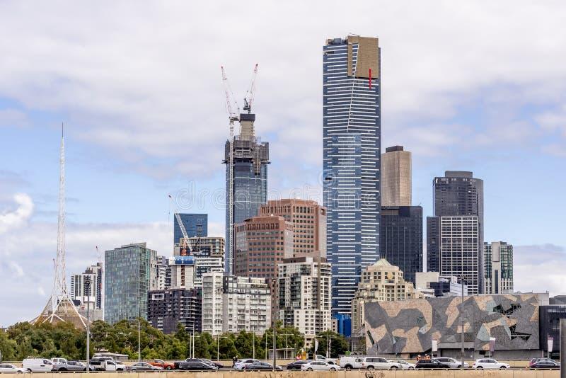 Автомобильное движение в центре города Мельбурна, Австралии, с некоторыми из своих небоскребов на заднем плане стоковые фото