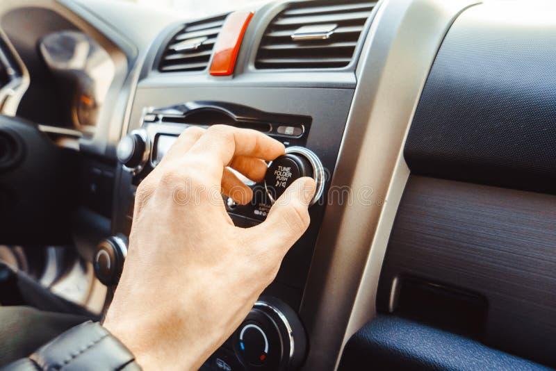 Автомобильный радиоприемник в автомобиле стоковые фотографии rf