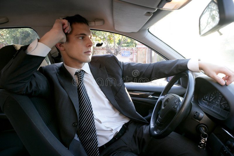 автомобиль бизнесмена его детеныши костюма внутренности стоковая фотография rf