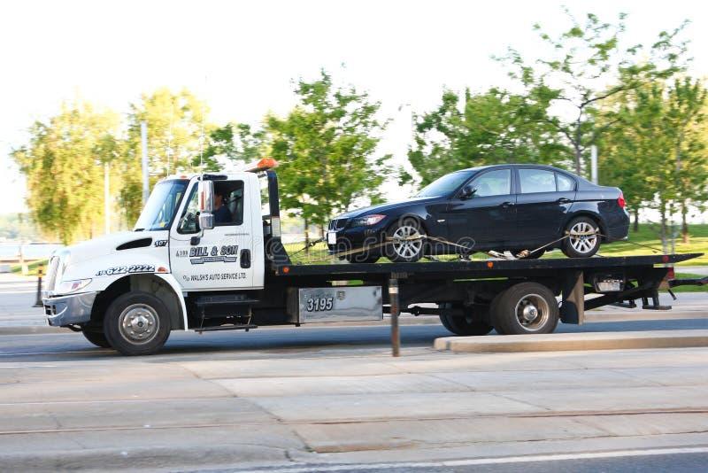 Автомобиль будучи отбуксированным тележкой стоковое фото rf