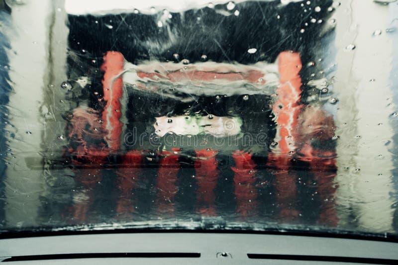 Автомобиль будучи помытым в тоннеле стоковые изображения