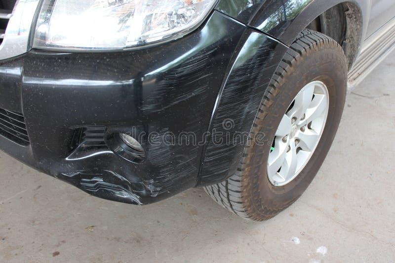 Автомобиль был ударен аварией из-за ссадин или рушиться Быть отремонтировано стоковое изображение