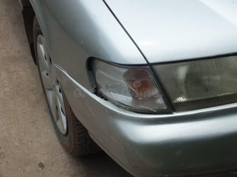 Автомобиль был ударен аварией из-за ссадин или рушиться Быть отремонтировано Автомобили грязи должные к сезону дождей управляя стоковые фотографии rf