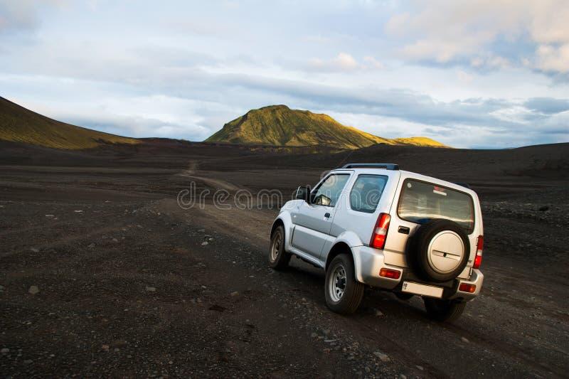 Автомобиль 4x4 во внедорожном маршруте через внутреннее Исландии через гравий и каменные дороги через впечатляющие ландшафты стоковая фотография