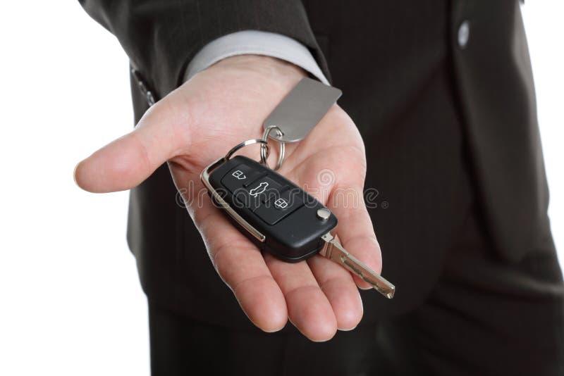 автомобиль вручая ключа сверх стоковое изображение