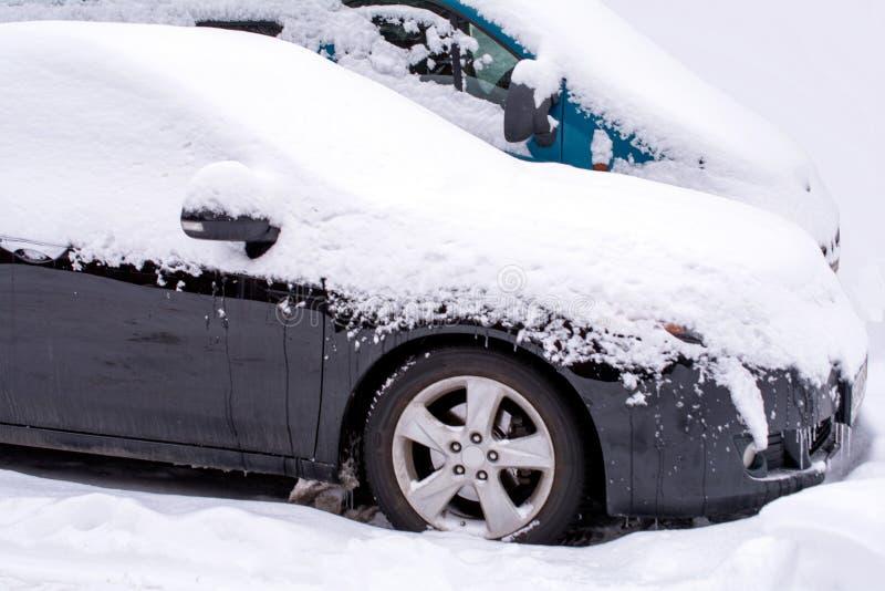 Автомобиль вставленный в снеге стоковое изображение