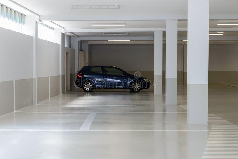 Автомобиль в парковке в подземной стоянке стоковое изображение