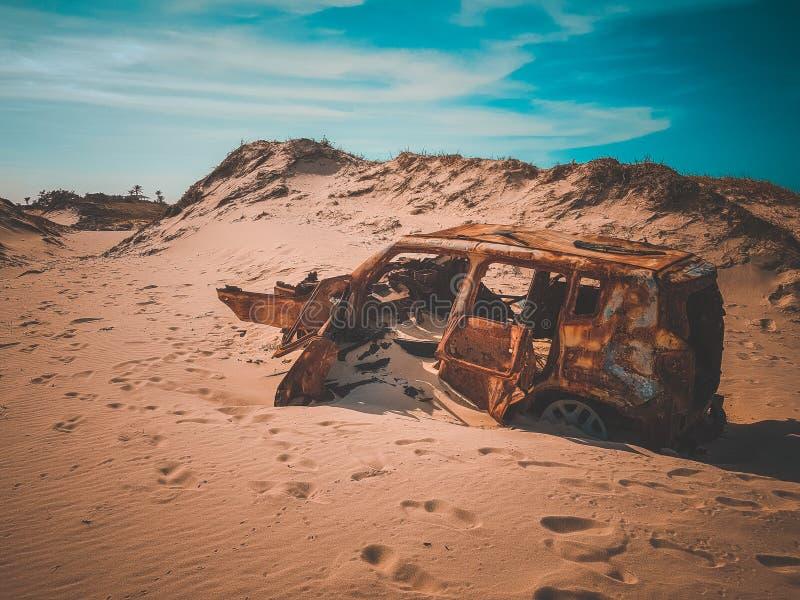Автомобиль в пустыне от Форталезы Ceara Бразилии стоковые фотографии rf