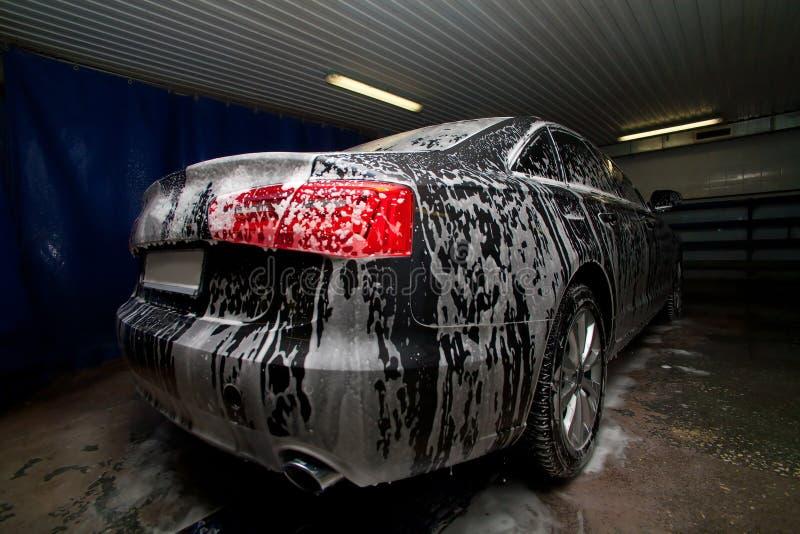 Автомобиль в штрафе на мойке машин стоковая фотография rf