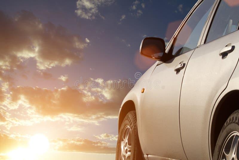 автомобиль заволакивает заход солнца неба стоковое изображение rf