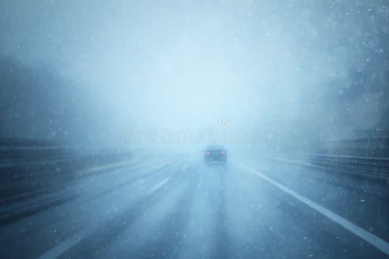 Автомобиль запачканный конспектом на шоссе на дождливом дне стоковое фото rf