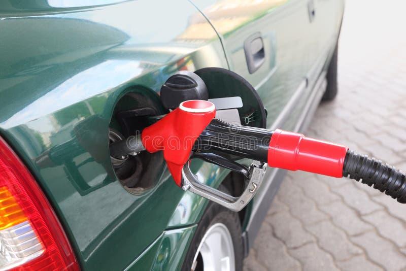 автомобиль заполняя дозаправлять зеленого насоса красный стоковые изображения