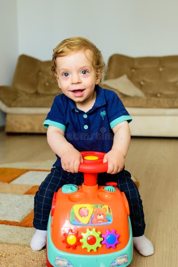 Автомобиль игрушки катания младенца стоковые фотографии rf
