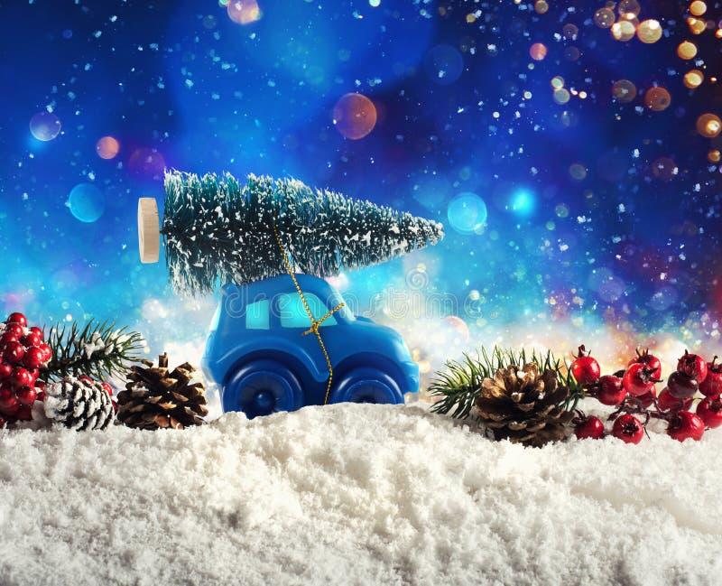 Автомобиль игрушки которое транспортирует рождественскую елку стоковая фотография rf