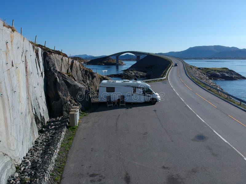 Автомобиль каравана на автостоянке около атлантической дороги стоковые фотографии rf