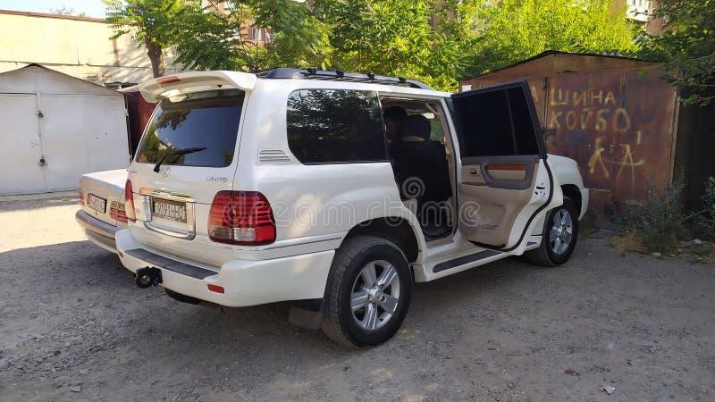 Автомобиль 'Лексус внедорожник' припаркован в гостевом доме в Оше в Кыргызстане стоковое фото