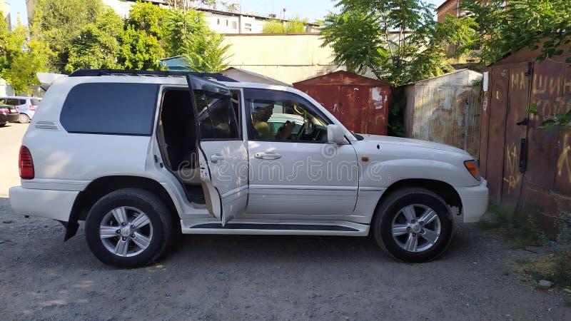 Автомобиль 'Лексус внедорожник' припаркован в гостевом доме в Оше в Кыргызстане стоковое изображение