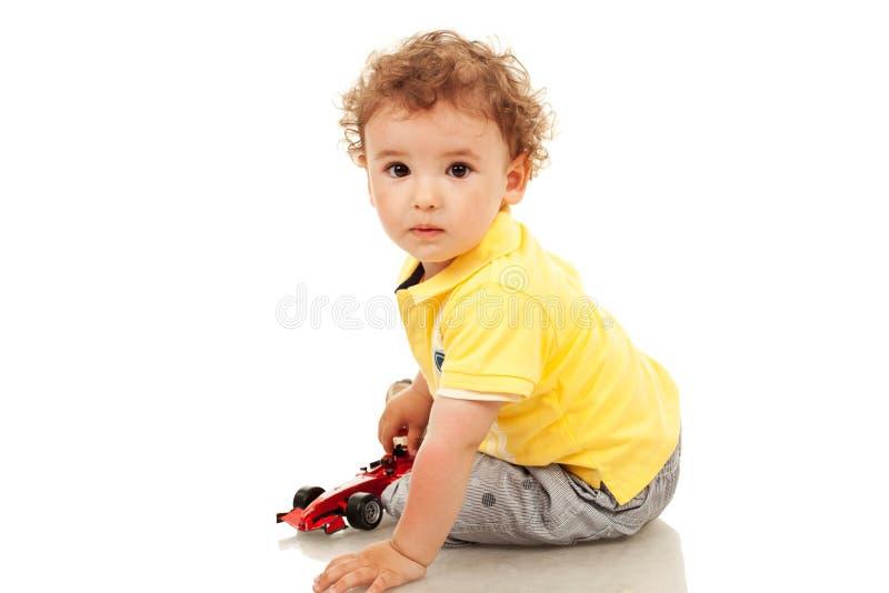 автомобиль мальчика меньшяя plaing игрушка стоковые фотографии rf