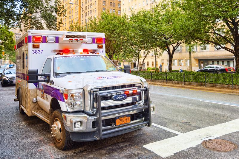 Автомобиль машины скорой помощи непредвиденный и городской городской пейзаж Нью-Йорка MI стоковое изображение rf