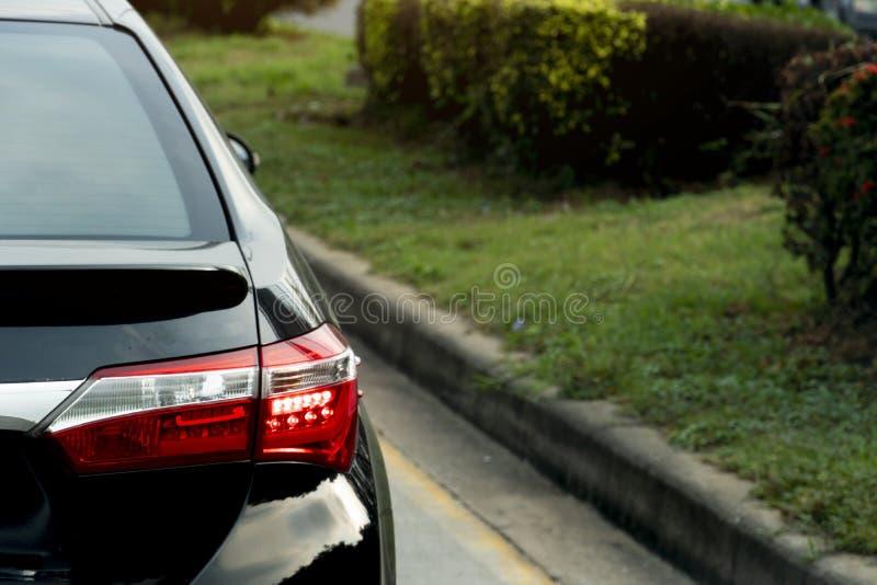 Автомобиль на дороге на дне стоковая фотография