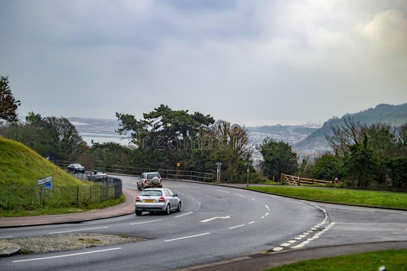 Автомобиль на дороге к пляжу Дувра в Великобритании стоковые фотографии rf