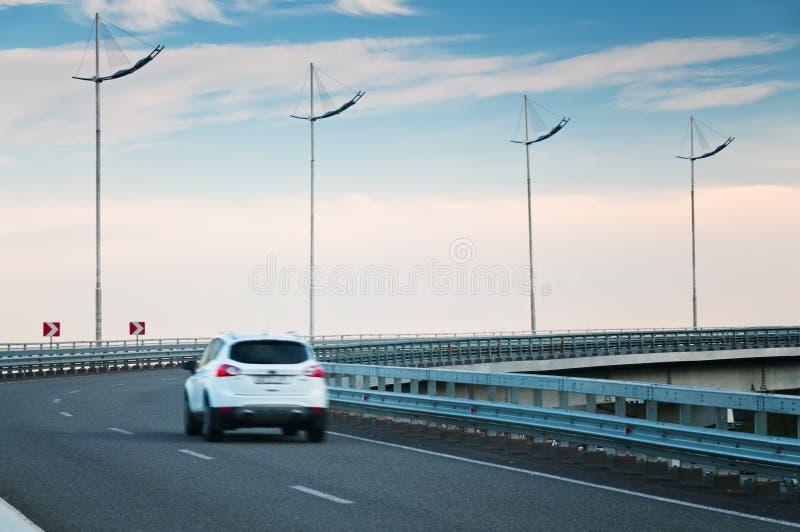 Автомобиль на кривом хайвея стоковое фото