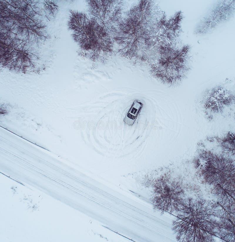 Автомобиль на месте остатков с глубоким снегом стоковое изображение rf