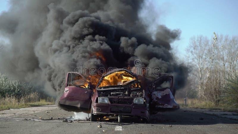 Автомобиль на огне на дороге Взрыв автомобиля стоковая фотография