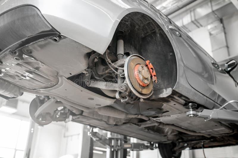 Автомобиль на подъеме на обслуживании автомобиля стоковое изображение