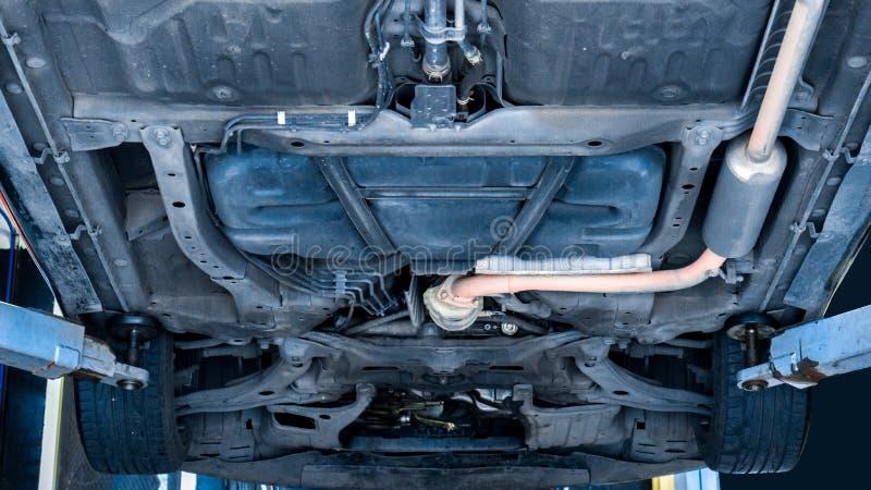 Автомобиль на подъеме поднимает транспортное средство в службе технического обслуживания стоковая фотография rf
