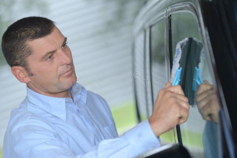 Автомобиль окна чистки механика стоковое фото