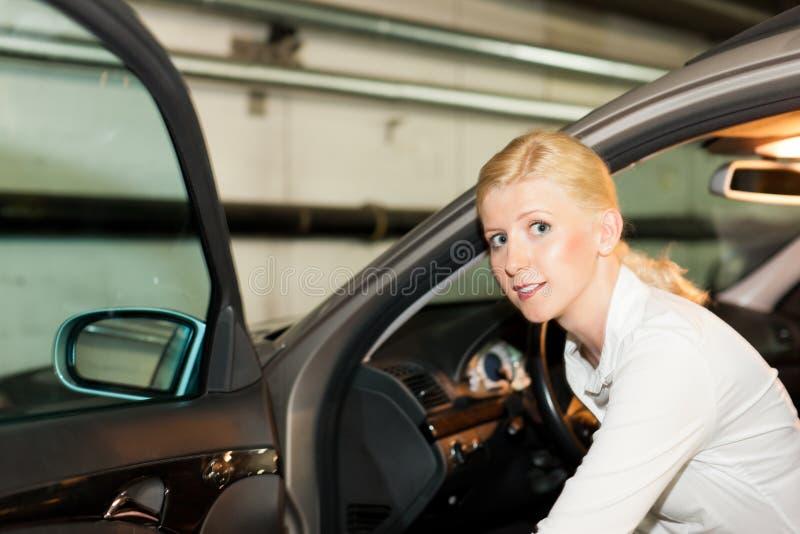 автомобиль получая ее женщину стоковые фотографии rf