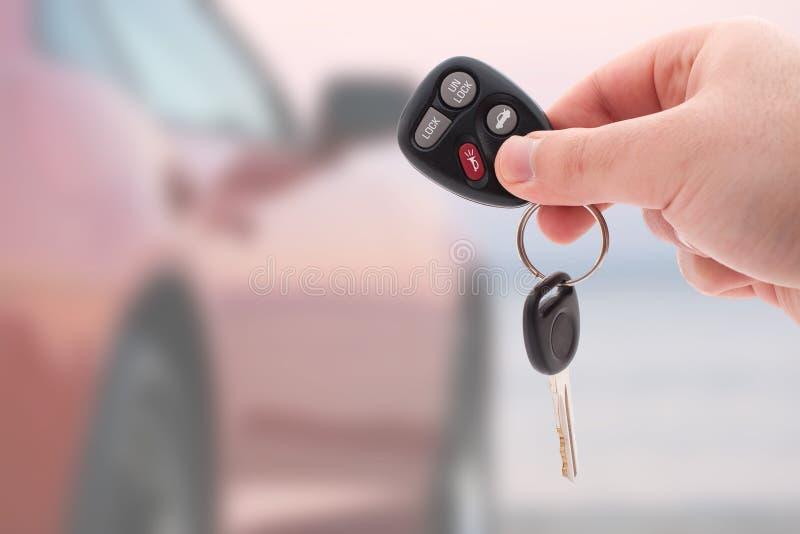 автомобиль пользуется ключом remote стоковое фото rf