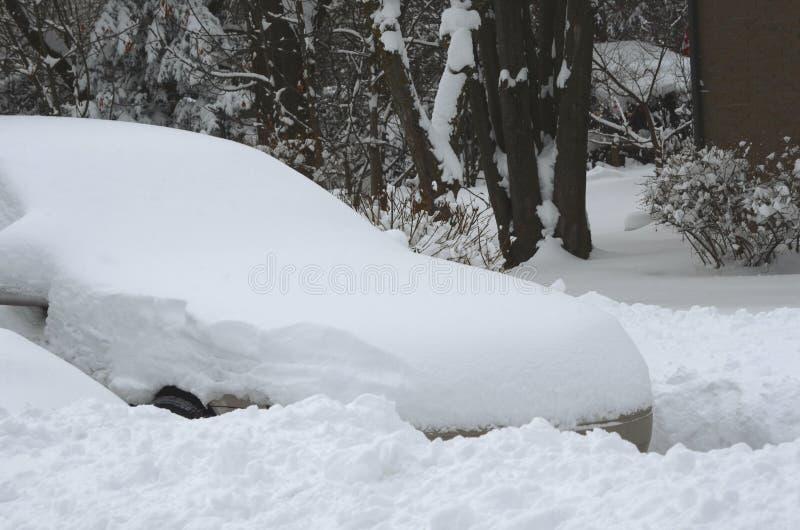Автомобиль предусматриванный в сильном снегопаде в жилом районе стоковая фотография