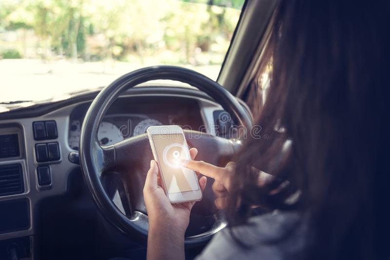 Автомобиль против бизнесмена используя смартфон стоковая фотография